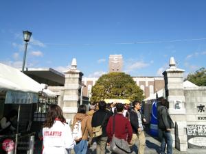関西圏最大規模の京都大学11月祭。ほんと人大杉で、コミケ3日目よりは多少マシだけど、移動が大変。