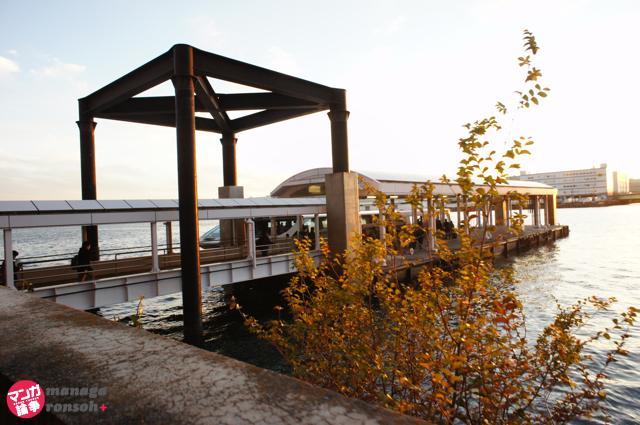 桟橋に隠れ全体が見えない水上バス