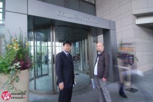 GMOメディアに向かう、廣田氏と山田議員。