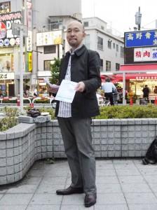 ビラ作成から配布まですべて自費、独力で行う廣田恵介さん