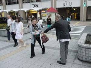 JR高円寺駅北口での配布の模様。なかなか受け取ってもらえず苦戦……