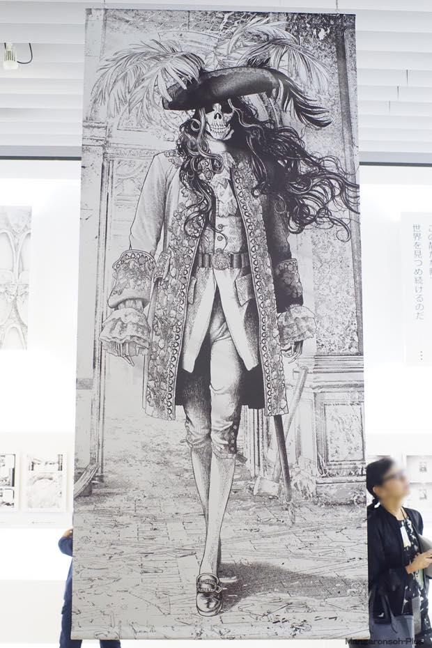 坂本眞一の『王妃アントワネット、モナリザに逢う』の展示コーナーには巨大なサンソンの垂れ幕がかかっている