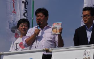 「マンガ論争15」を宣伝する山田太郎さん。左がおときた都議、右が最後に駆け付けた荻野区議