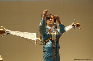 指ぱっちん木魚を演奏する土佐信道さん。