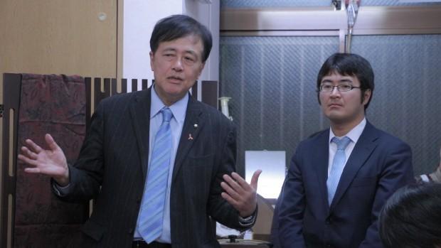 保坂世田谷区長(左)と小泉しゅうすけ氏(右)。
