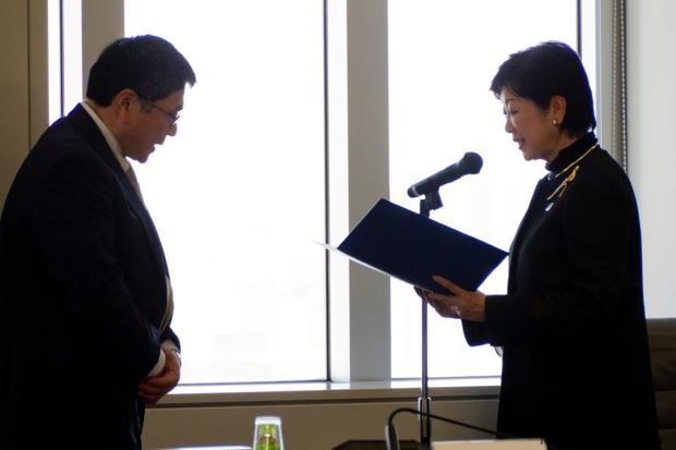 諮問を行う小池都知事と古賀副会長